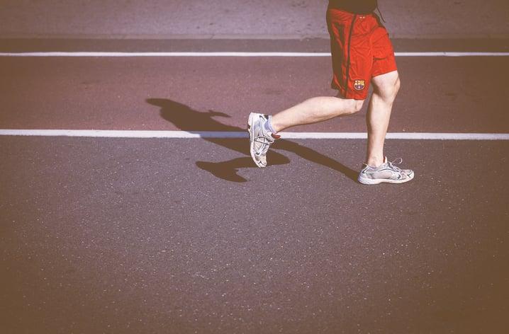 bărbat care aleargă pe pistă