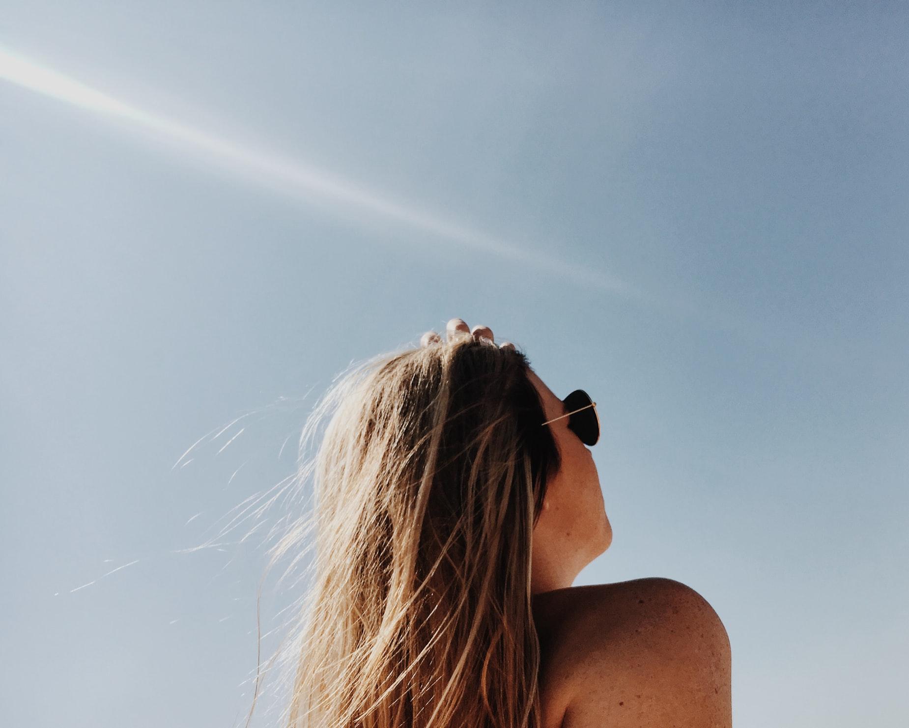 femeie care stă la soare
