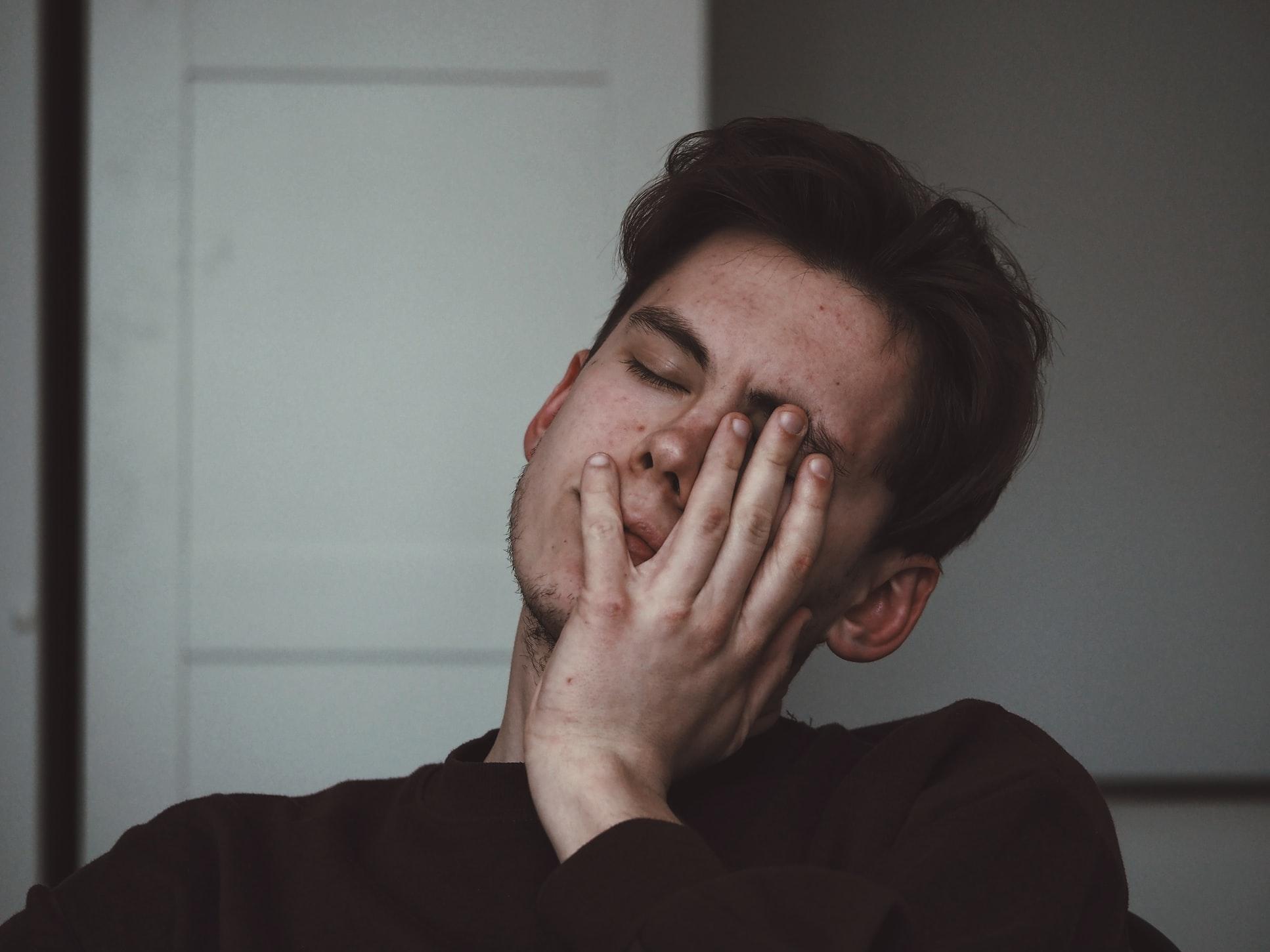 baiat cu durere de cap