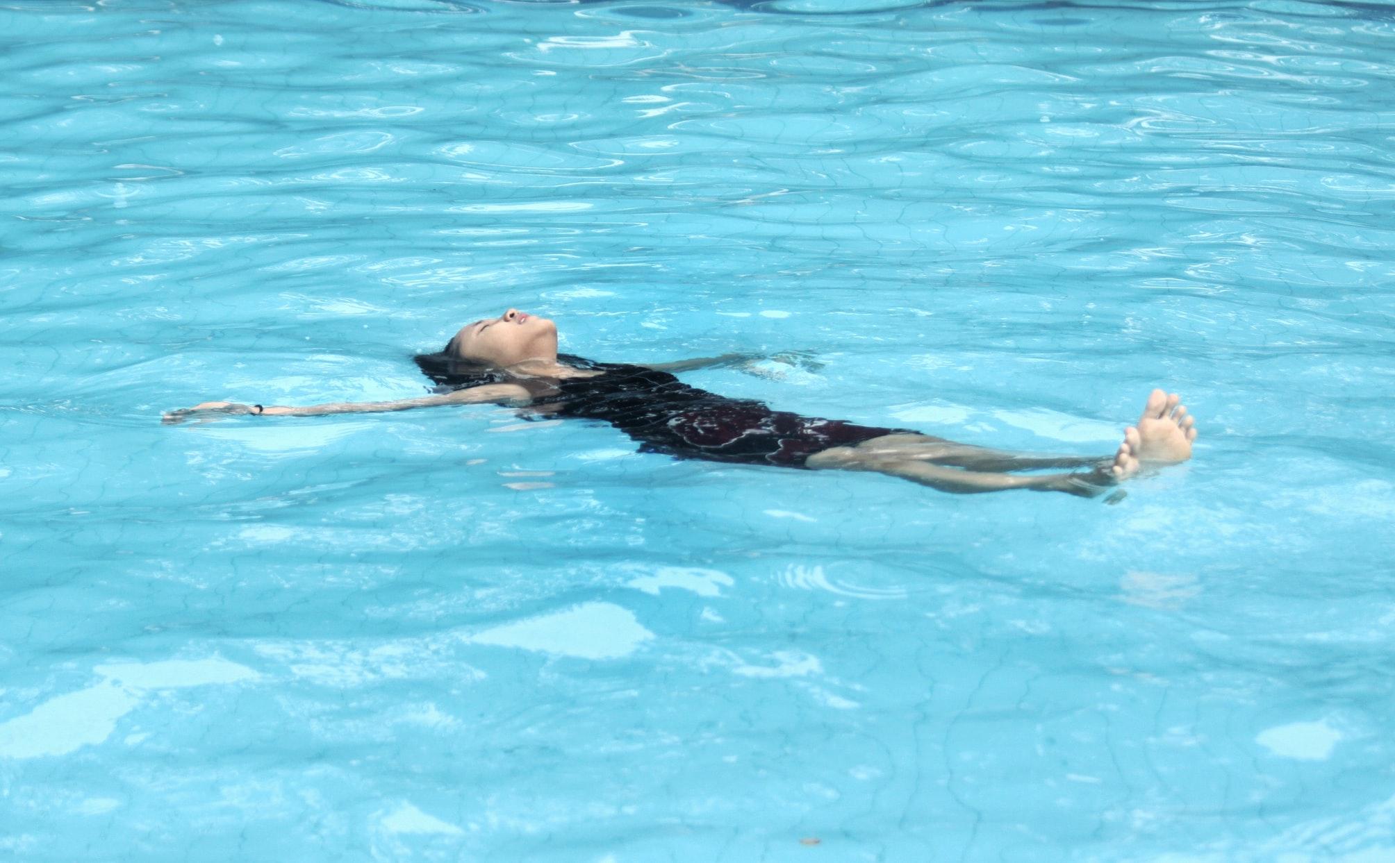 femeie care face pluta pe spate